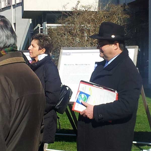 Oberbürgermeister Klaus Herzog mit dem Aufkleber von WorldWideBlanket. Wir werden ihn wieder herzlichst zur Initiationsveranstaltung des WorldWideBlanket begrüßen: 27.04.2013 wieder in Aschaffenburg.