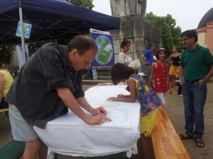 Der französische Comiczeichner Yves Ker Ambrun (YKA) zeichnet auf unser aller WorldWideBlanket